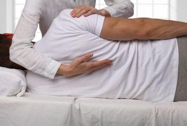 φυσιοθεραπευτής θεραπεύει ωμοπλάτη ασθενή