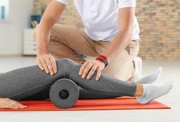 φυσιοθεραπευτής θεραπεύει γόνατο ασθενή